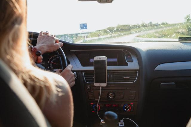 Jak bezpiecznie wyprzedzać samochodem?