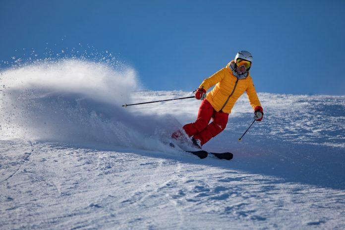 Na co zwrócić uwagę wybierając bluzę narciarską?